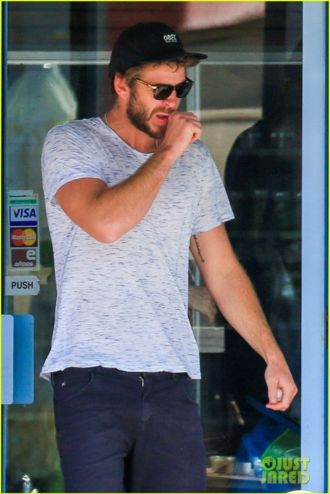 liam-hemsworth-barefoot-in -australia-02