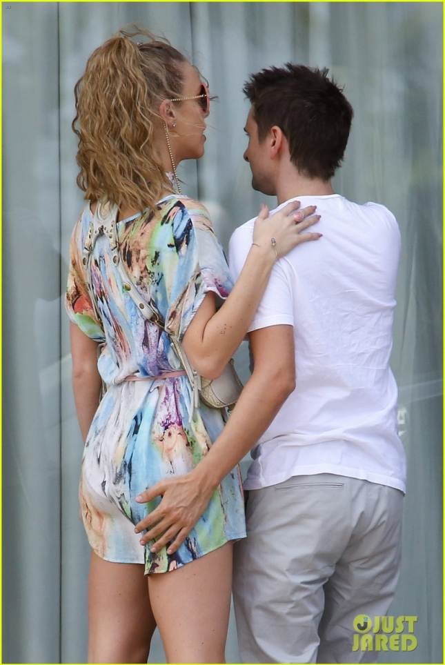 matthew-bellamy-girlfriend-elle-evans-cant-keep-their-hands-off-each-other-22
