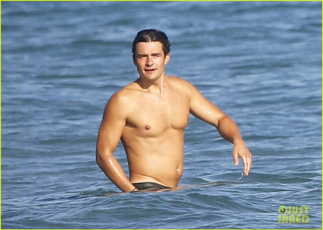Orlando Bloom Enjoys A Beach Day With Friends