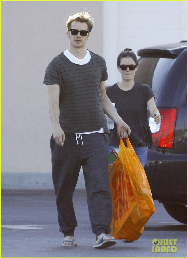 rachel-bilson-hayden-christensen-go-toy-shopping-together-01