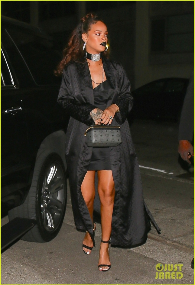 *EXCLUSIVE* Rihanna arrives to a private viewing of artwork
