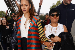 rihanna-holds-hands-mom-eiffel-tower-15