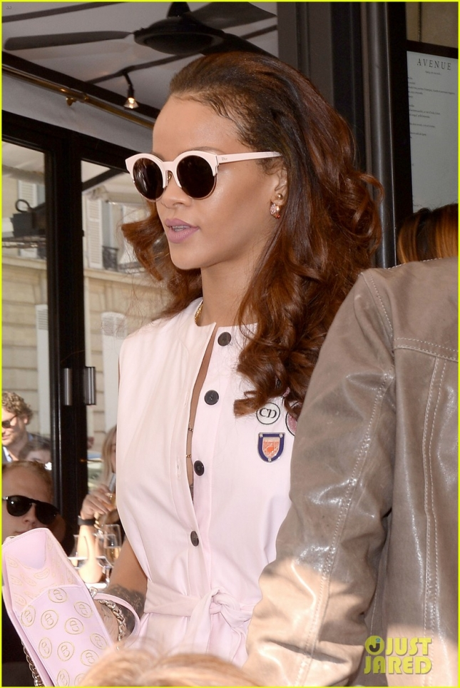 rihanna-pink-paris-dior-shop-02