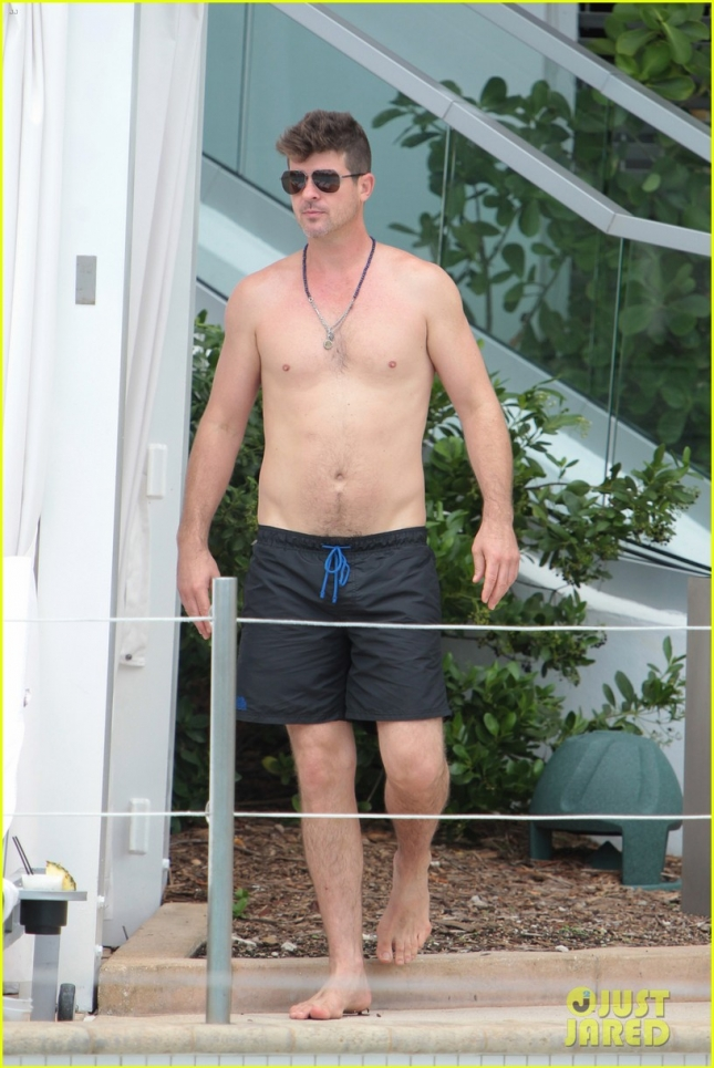 robin-thicke-april-love-geary-shirtless-pool-miami-01