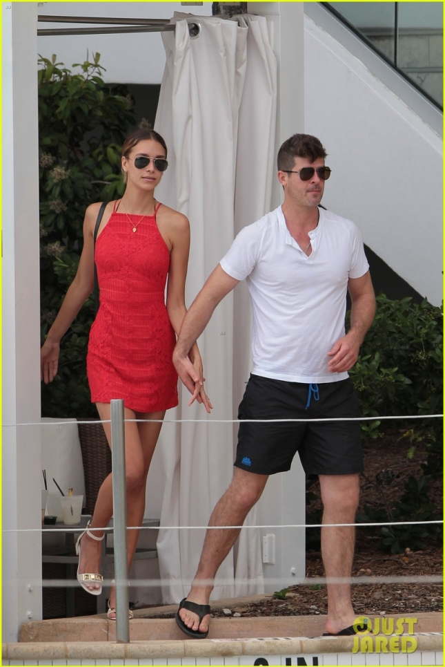 robin-thicke-april-love-geary-shirtless-pool-miami-03