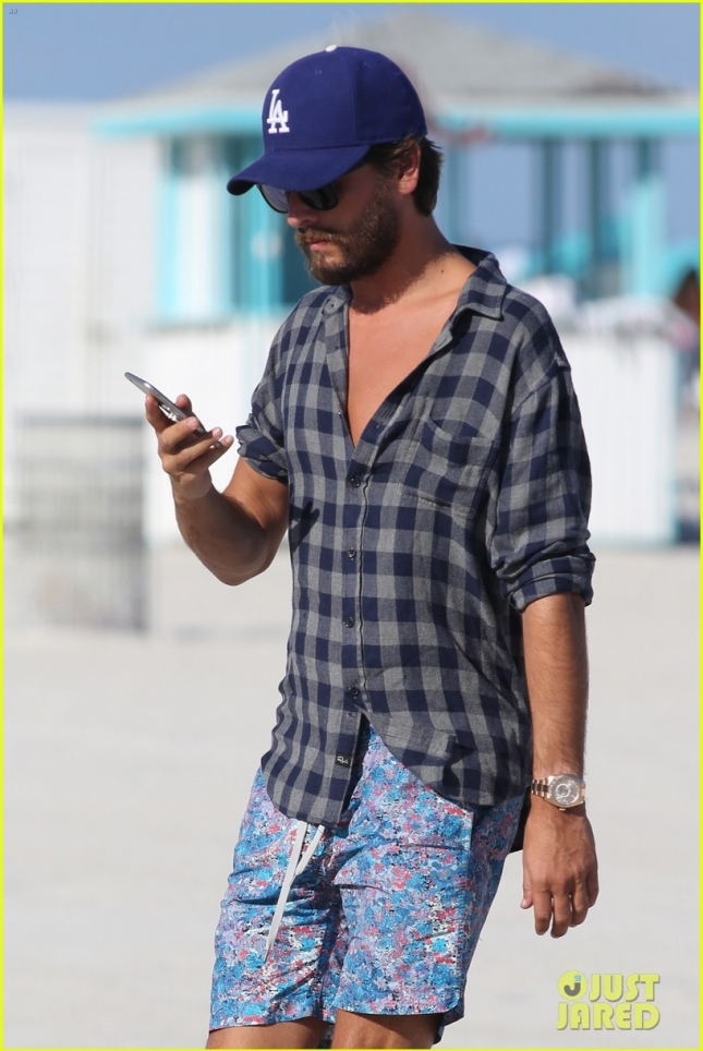 scott-disick-miami-beach-18-year-old-model-lindsay-vrckovnik-04