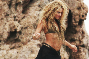 shakira-flaunts-toned-abs-for-sexy-video-shoot-01