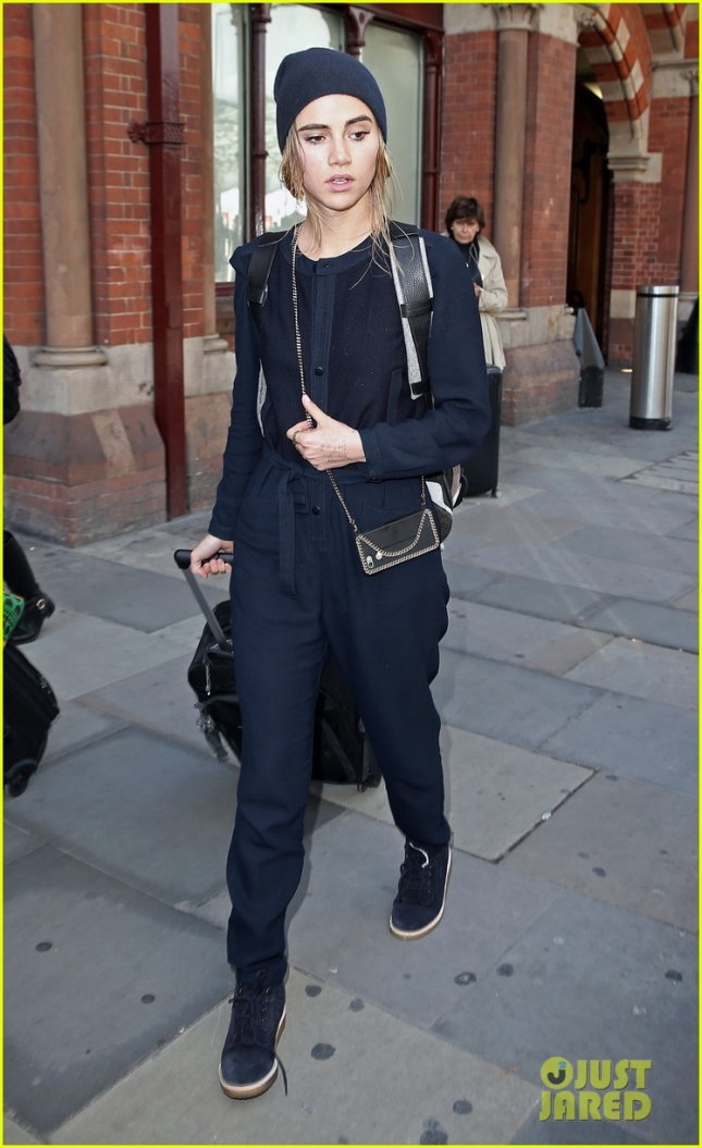 Suki Waterhouse has her hands full getting off the Eurostar **USA ONLY**