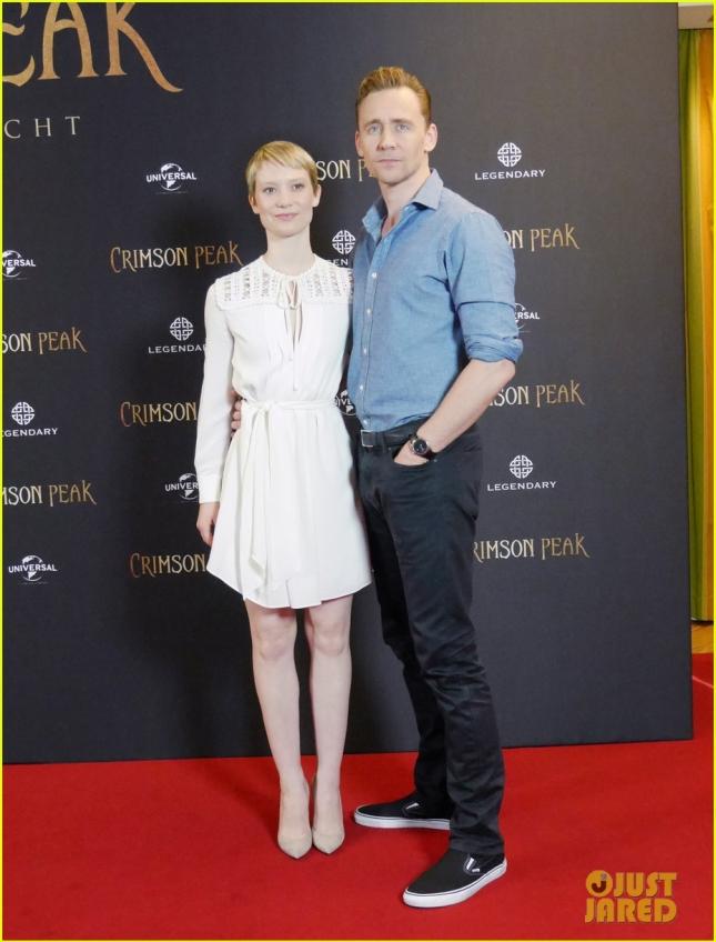 """Том Хиддлстон и Миа Васиковска добрались до Берлина, где вместе представили картину """"Багровый пик"""""""