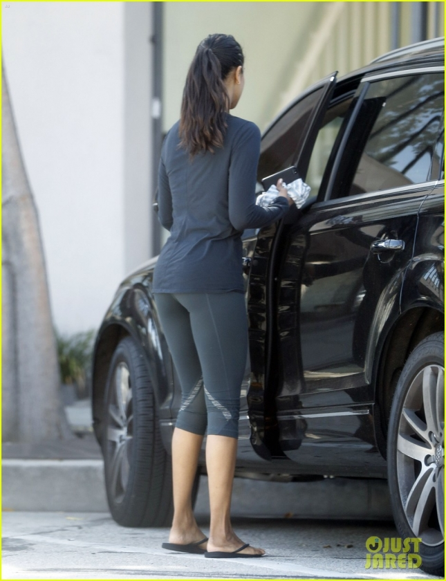 Exclusive... Zoe Saldana Gets Her Workout In