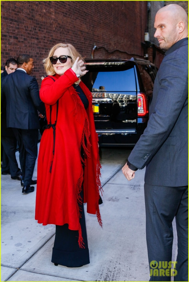 adele-looks-so-excited-to-sign-copies-of-new-album-25-03
