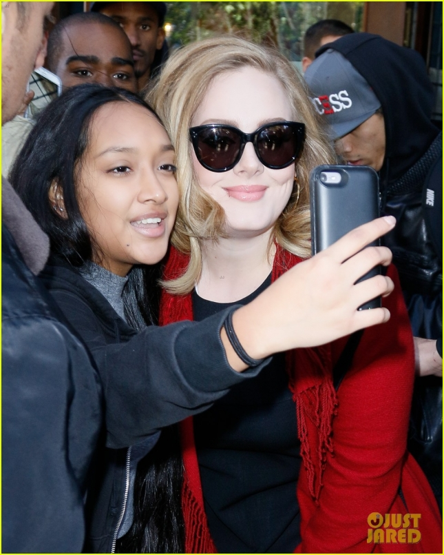 adele-looks-so-excited-to-sign-copies-of-new-album-25-23
