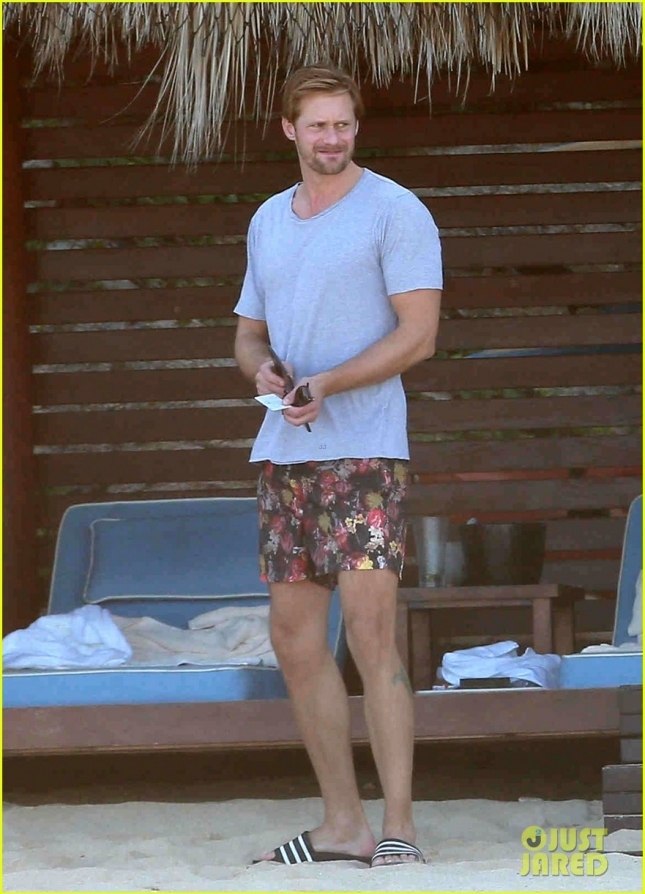 alexander-skarsgard-went-shirtless-on-a-mexico-vacation-03