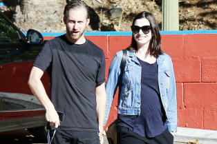 anne-hathaway-steps-out-after-pregnancy-news-revealed-03