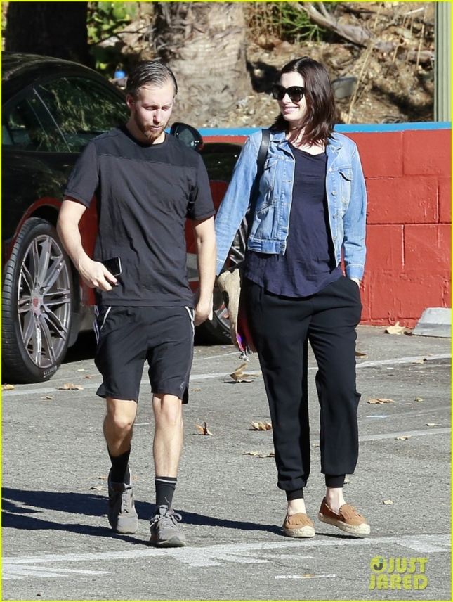 anne-hathaway-steps-out-after-pregnancy-news-revealed-08