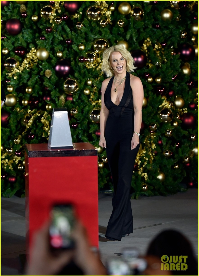 britney-spears-las-vegas-christmas-tree-lighting-04
