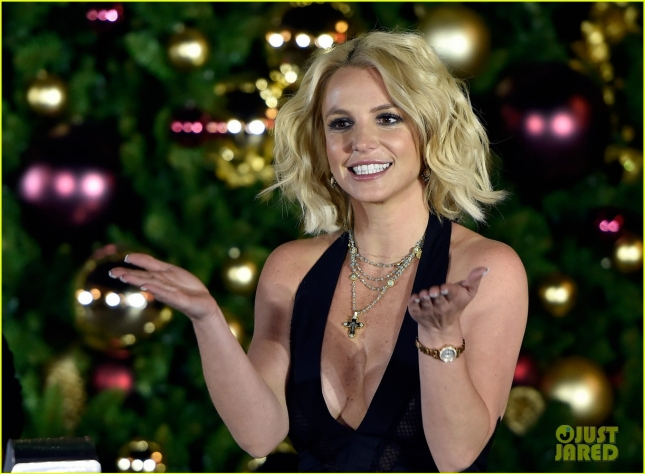 britney-spears-las-vegas-christmas-tree-lighting-06