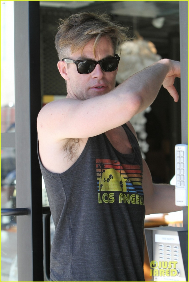 chris-pine-skips-a-halloween-costume-but-gives-a-gun-show-05