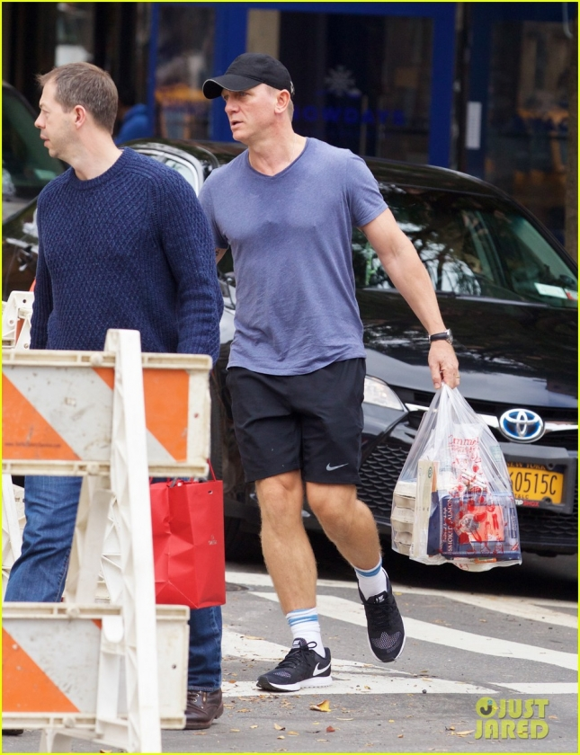 Daniel Craig Shops For Groceries In NYC
