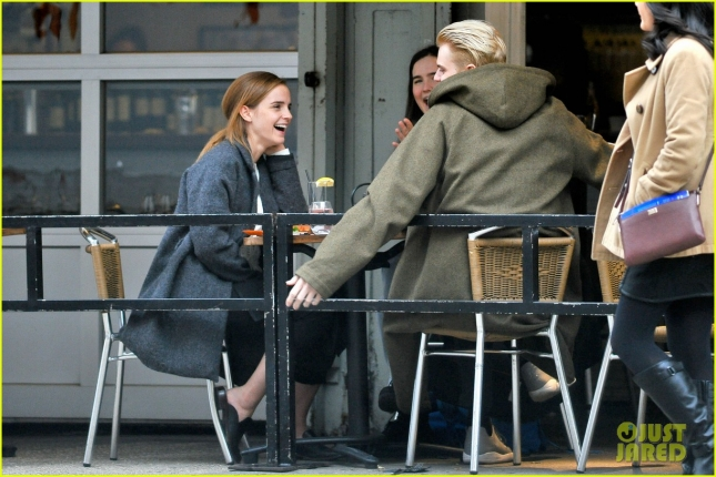 emma-watson-grabs-a-big-apple-lunch-with-two-friends-10
