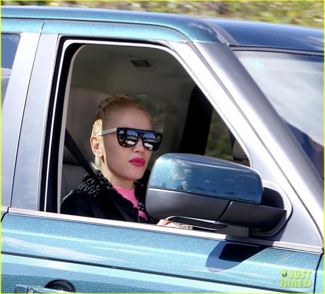 Гвен Стефани прокатилась на Range Rover по Лос-Анджелесу и опровергла слова своего публициста о том, что она встречается с Блейком Шелтоном