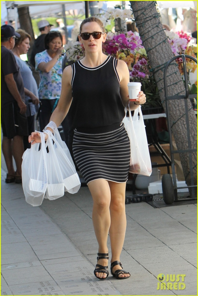 jennifer-garner-grabs-fruits-veggies-at-the-farmers-market-01