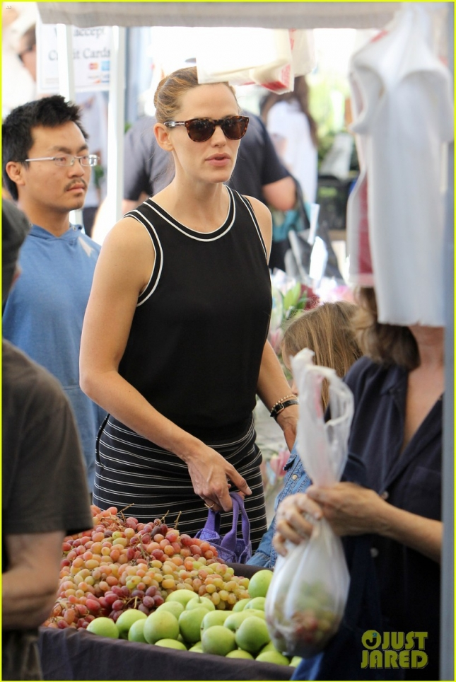jennifer-garner-grabs-fruits-veggies-at-the-farmers-market-04