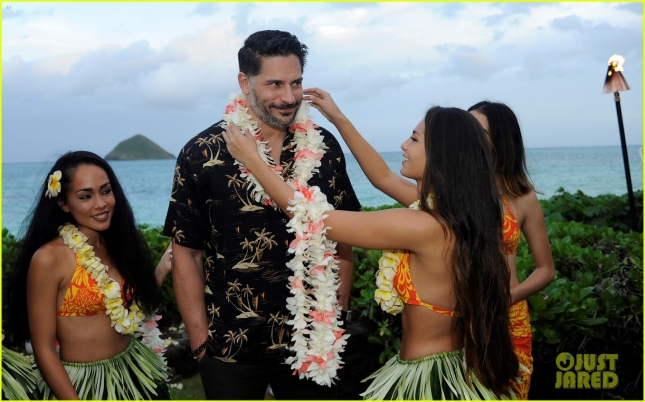 joe-manganiello-gets-leid-upon-arrival-in-hawaii-08