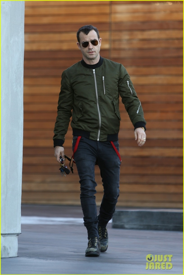 Justin Theroux shows off his Wedding Band as he leaves Maxfield