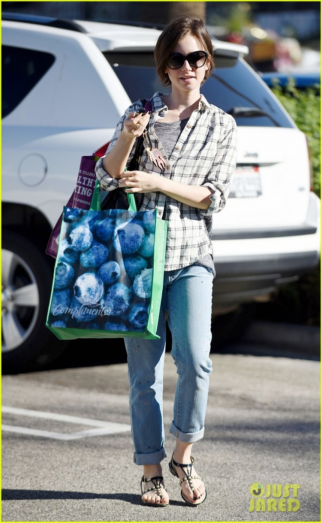 *EXCLUSIVE* Lily Collins does some healthy shopping at Whole Foods **USA ONLY**