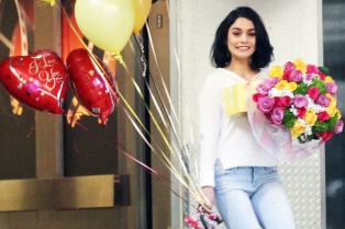 vanessa-hudgens-mom-bday-balloons-flowers-03