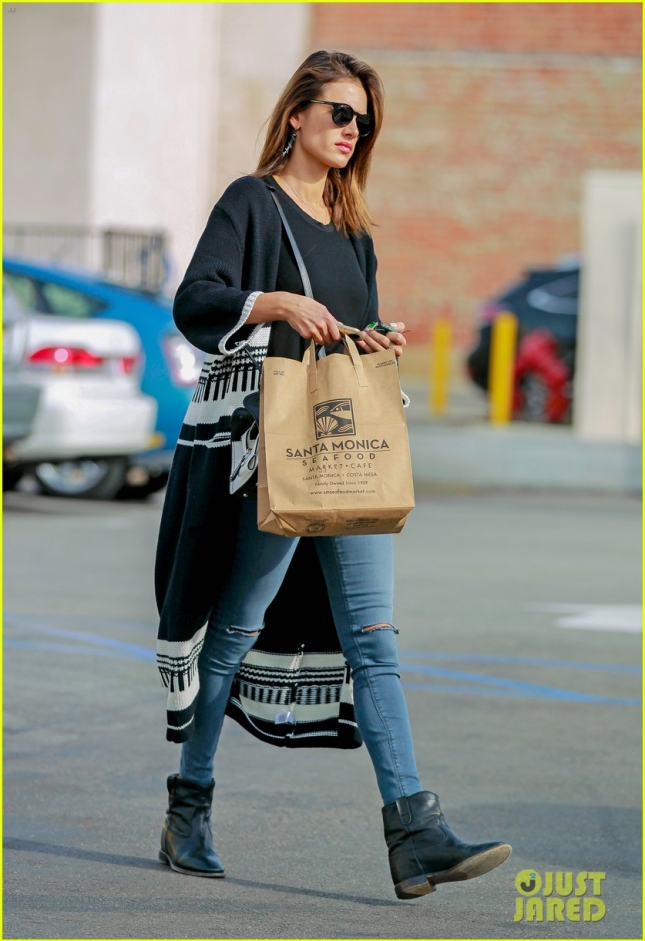 Alessandra Ambrosio stops for coffee and a fish lunch **USA ONLY**