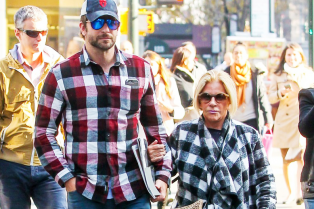bradley-cooper-spends-the-day-with-his-mom-in-new-york-08
