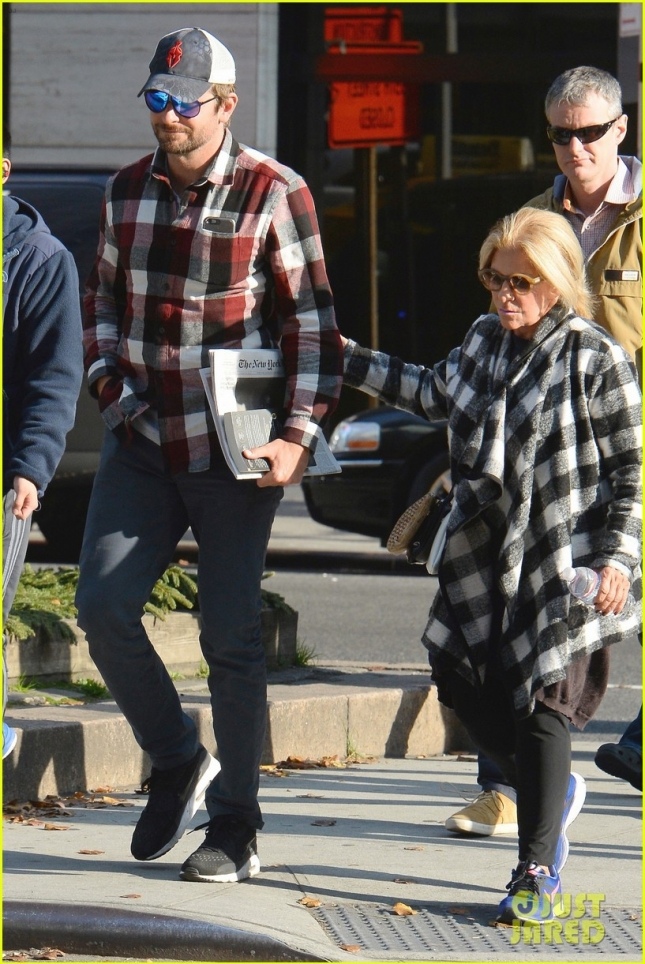 bradley-cooper-spends-the-day-with-his-mom-in-new-york-17