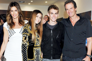 cindy-crawford-her-family-celebrate-her-book-03
