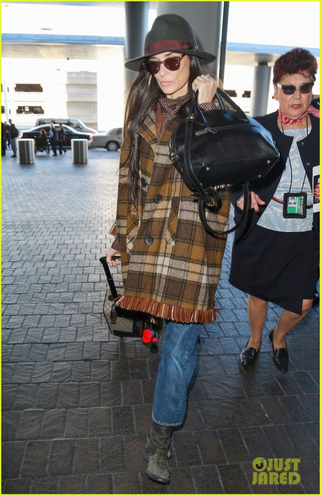 demi-moore-bundles-up-in-plaid-for-paris-flight-05