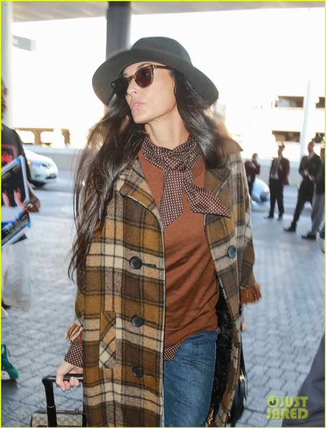 demi-moore-bundles-up-in-plaid-for-paris-flight-14