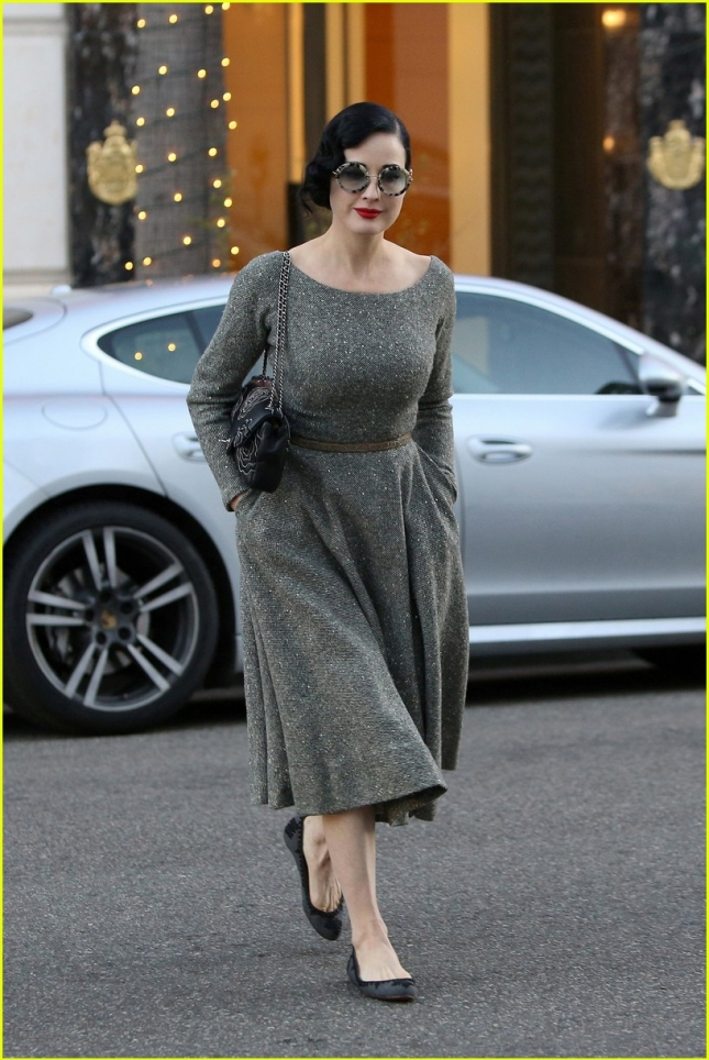 dita-von-teese-returns-to-burleque-venue-05