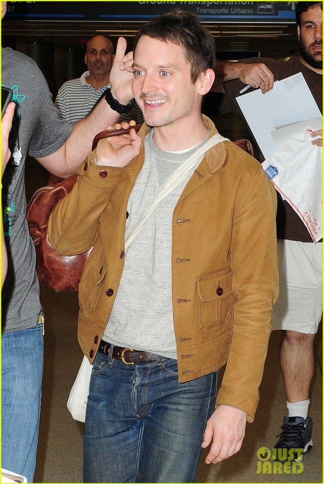 Elijah Wood is greeted by fans at Miami airport **USA ONLY**