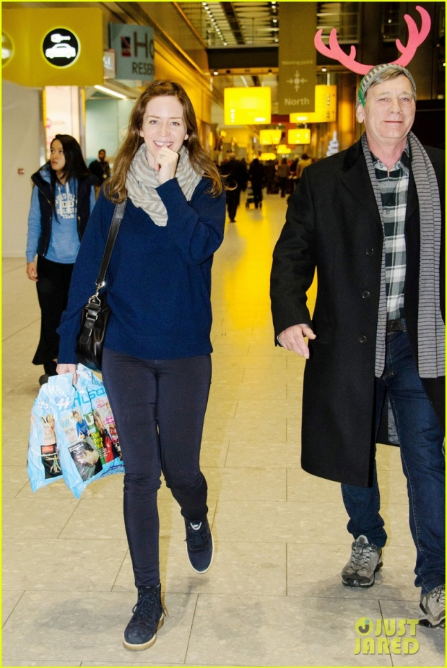 emily-blunts-dad-wears-reindeer-ears-at-the-airport-05