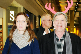 emily-blunts-dad-wears-reindeer-ears-at-the-airport-07