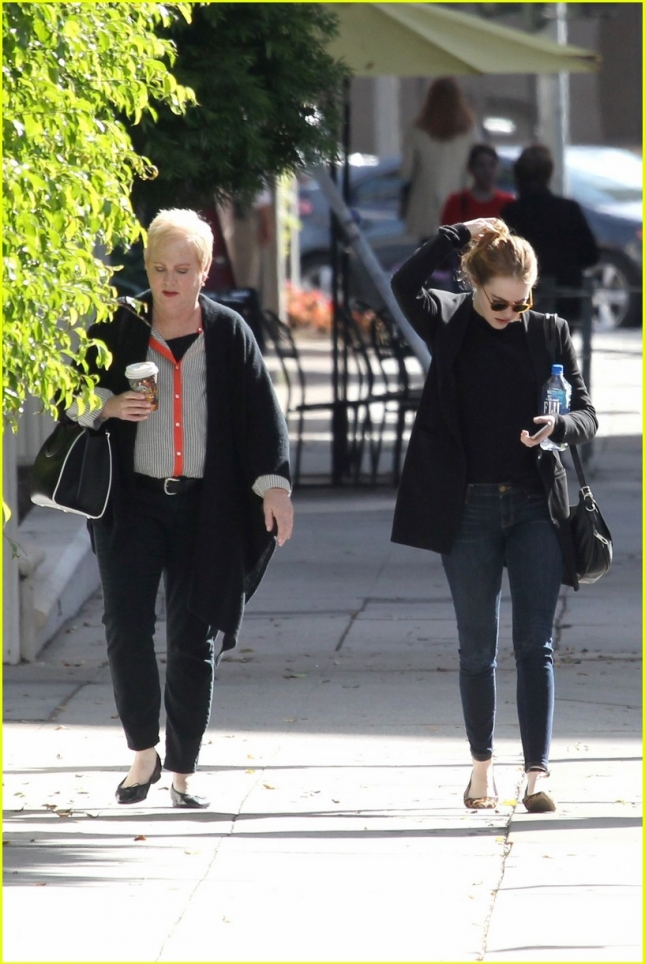 emma-stone-enjoys-a-casual-day-out-with-mom-krista-03