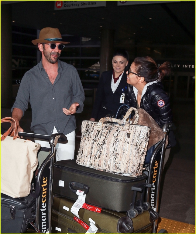 eva-longoria-flashes-engagement-ring-at-airport-04