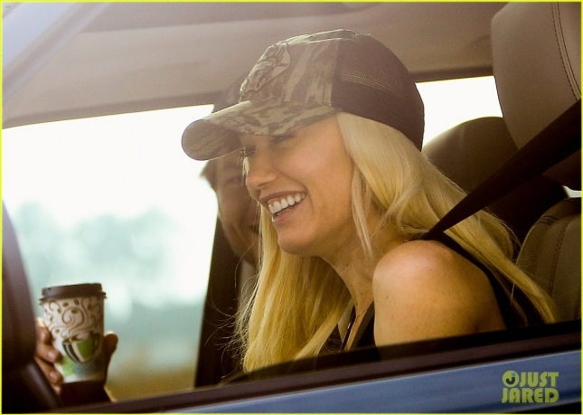 gwen-stefani-blake-shelton-share-cute-laughs-in-the-car-01