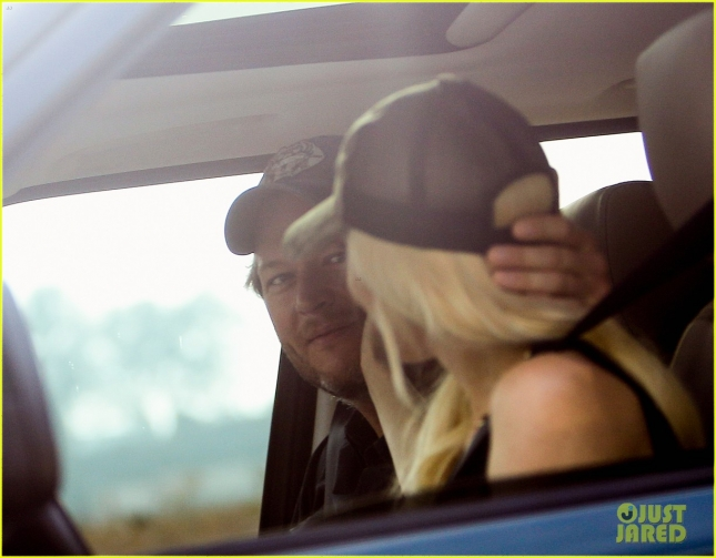gwen-stefani-blake-shelton-share-cute-laughs-in-the-car-05