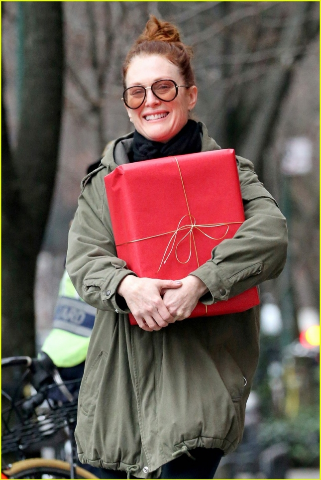 julianne-moore-marches-against-gun-violence-02