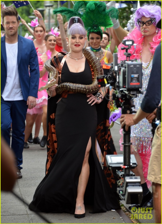 kelly-osbourne-falls-in-love-with-a-snake-01