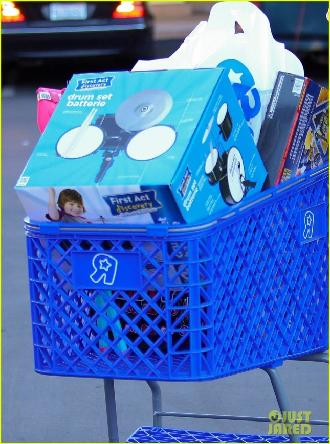 kourtney-kardashian-toys-r-us-shopping-christmas-03