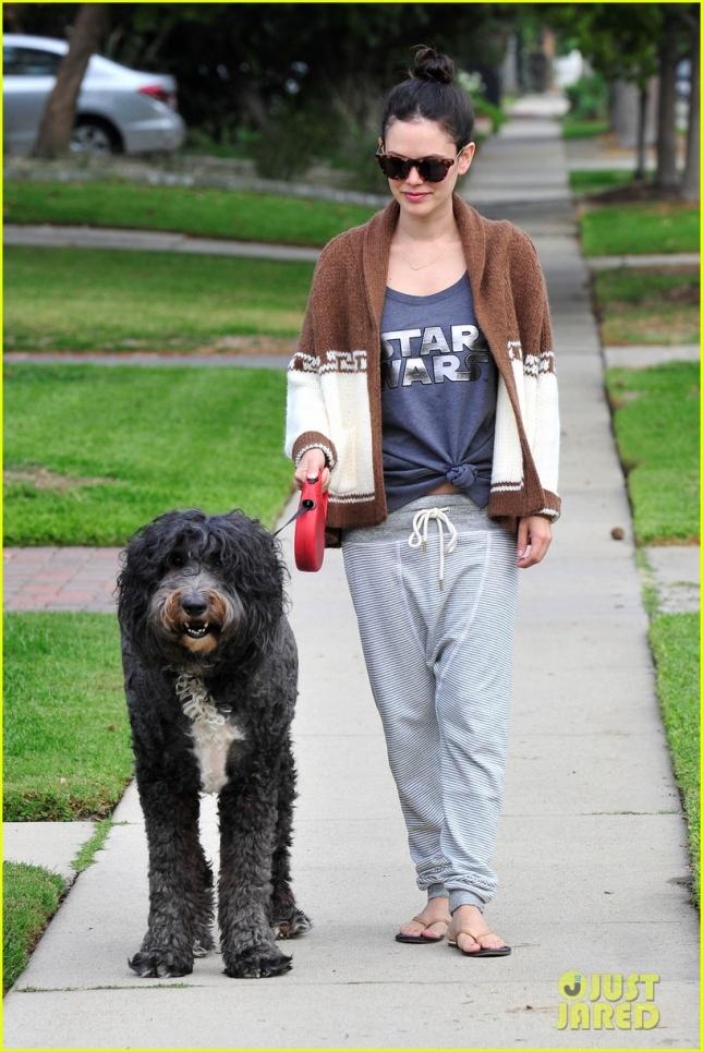Рейчел Билсон на прогулке со своим песиком Ламбертом