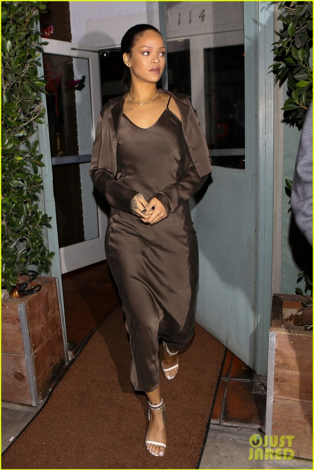 rihanna-grabs-dinner-at-her-favorite-spot-01